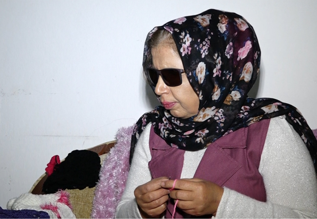 Knitting for 20 years without her eyes