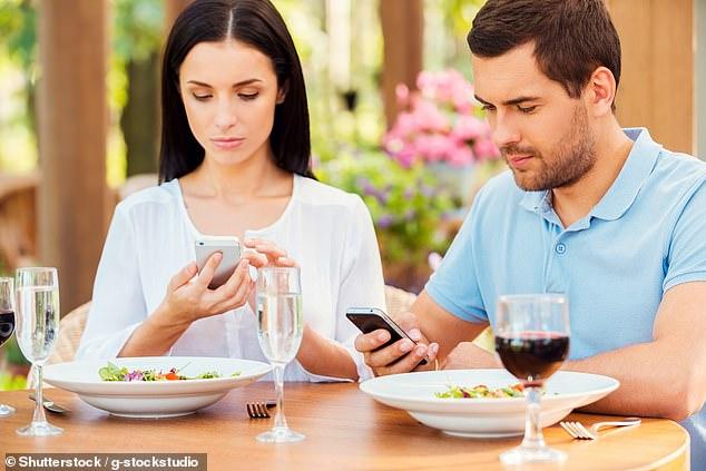 بەكارهێنانی مۆبایل لەكاتی نان خواردن دەبێتەهۆی قەڵەوی